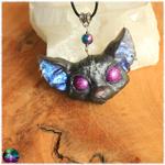 Pendentif chat mystique pentagramme gris yeux violet électrique