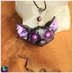 Pendentif chat mystique pentagramme pourpre yeux violet électrique