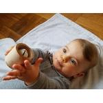 bébé avec hochet JINGLA dans les mains