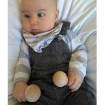 bébé avec mini-maracas dans chaque main