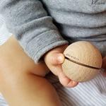 bébé détail main petite boule sonore
