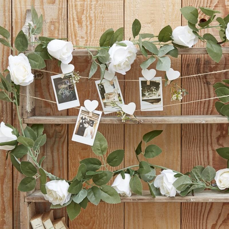 Guirlande de feuilles artificielles et de roses blanches