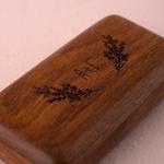 Boite à alliances en bois motif lavande personnalisée fermée