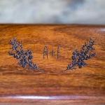 Boite à alliances en bois motif lavande personnalisée gros plan