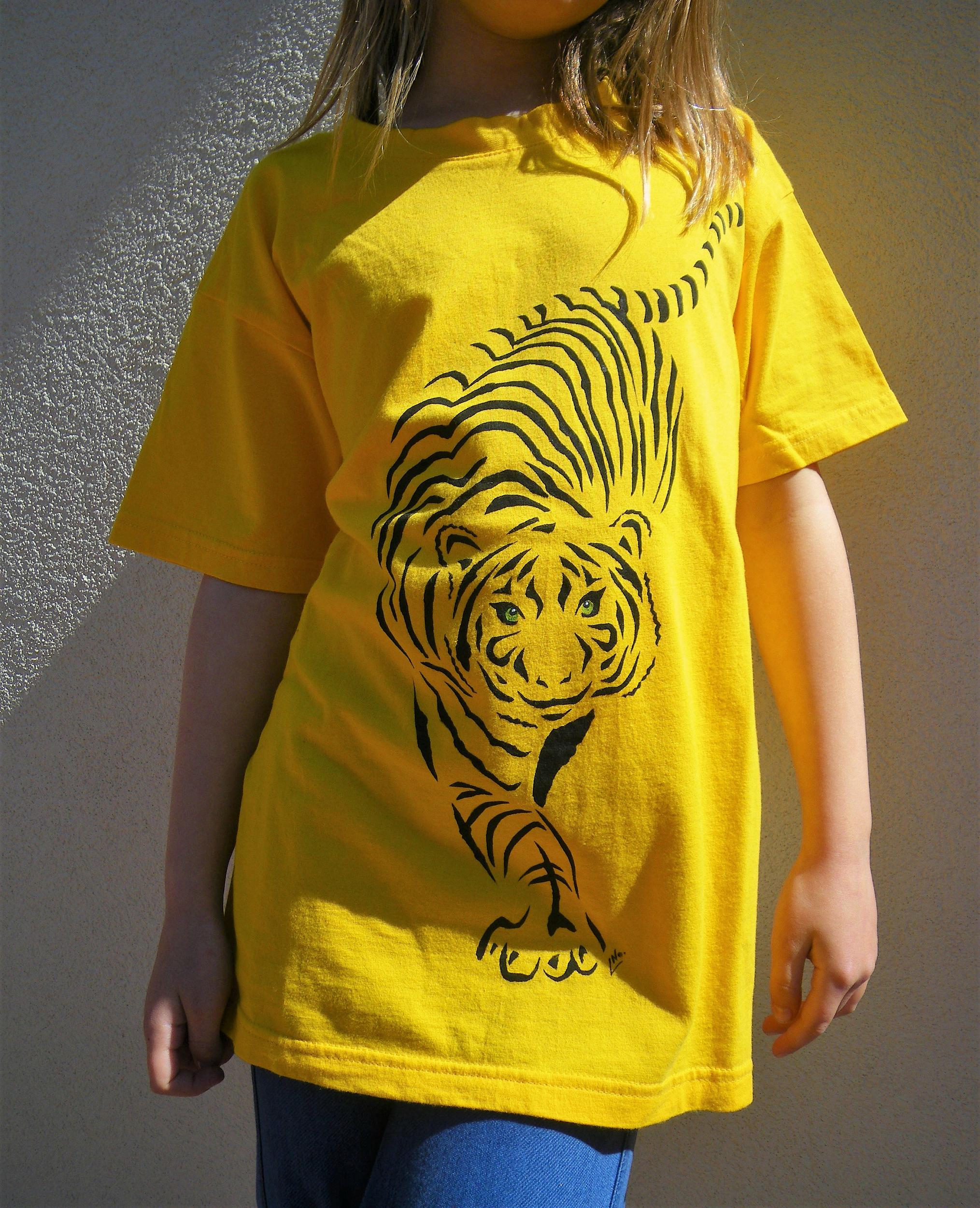 Tee-shirt jaune enfant tigre peint à la main en coton