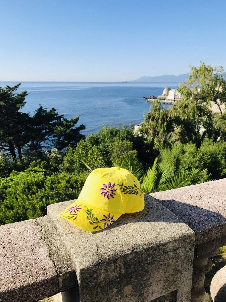 Casquette fille en coton jaune peinte à la main