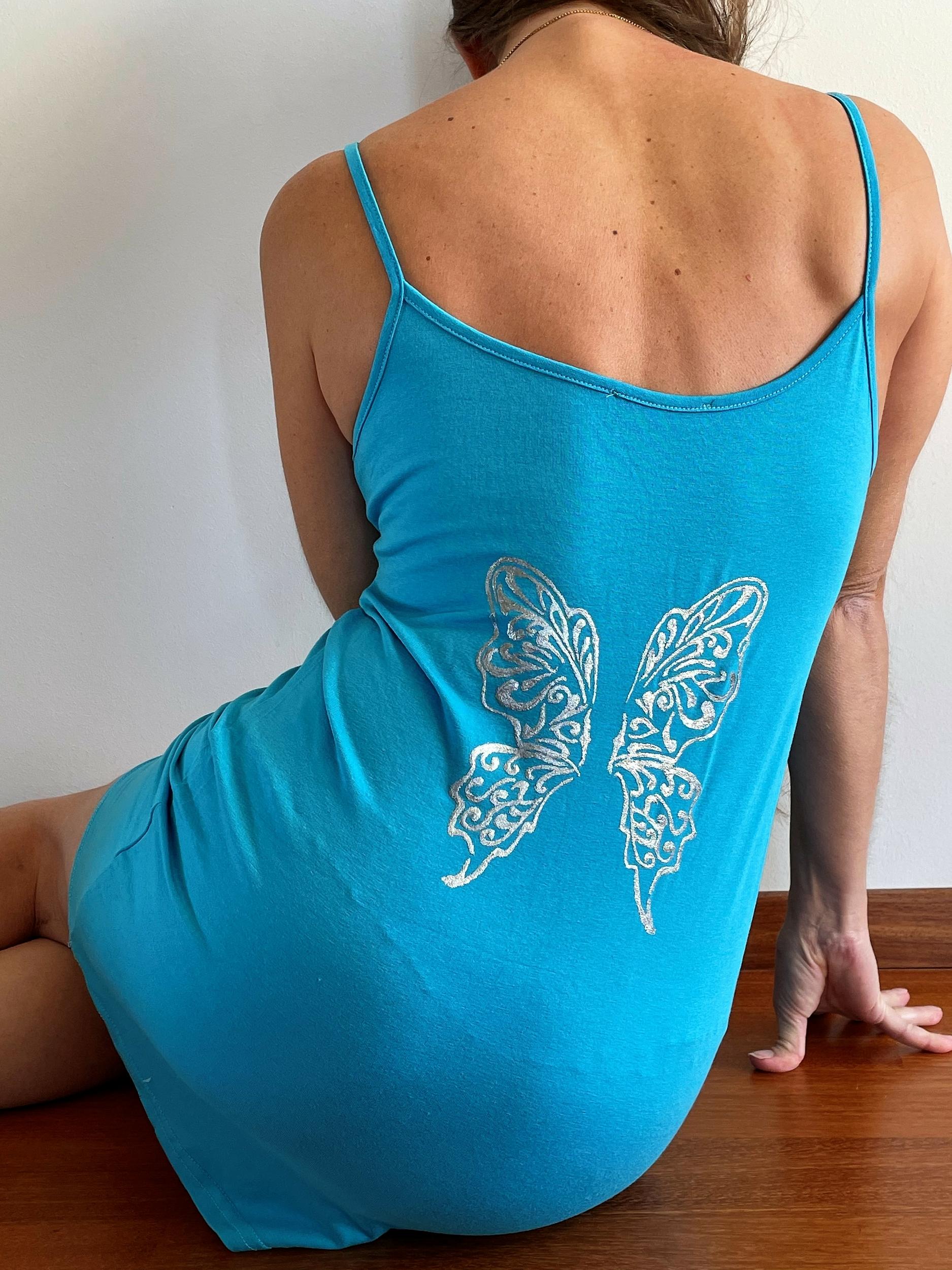 Nuisette bleue avec ailes de papillons peintes à la main