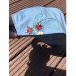 casquette-enfant-bleu-ciel-fleurs-insectes