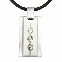 Pendentif acier rectangulaire, collier sur cordon pvc réglable jusque 65cm