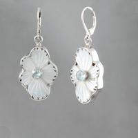 Boucles nacre blanche, topaze bleue & argent, fleur, haut. 4.6cm
