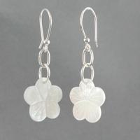 Boucles fleur nacre blanche & argent, haut. 4.5cm