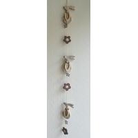 4 - Guirlande décorative verticale avec lapins et fleurs en bois en ficelle.