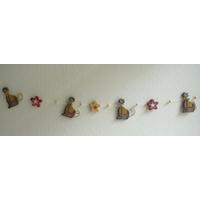Guirlande décorative horizontale avec chats et fleurs en bois en ficelle.