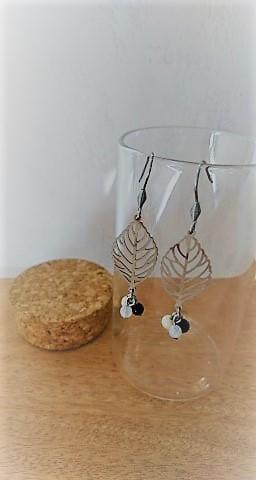 Boucles d\'oreilles feuilles acier inoxydable et pierres fines (lapis lazuli, quartz, marbre)