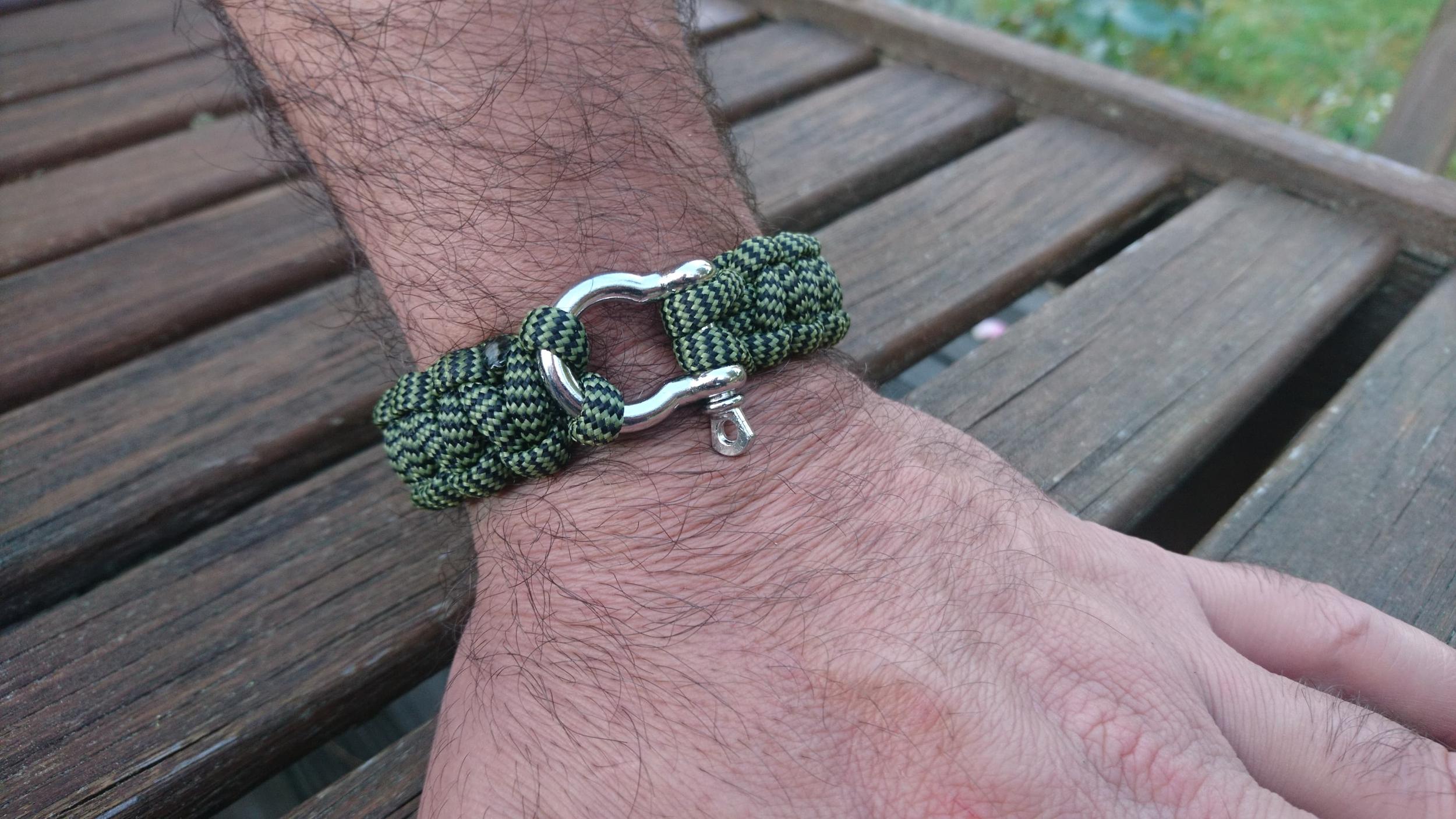 Bracelet de survie pour homme en paracorde et manille en acier inoxydable - kaki & noir
