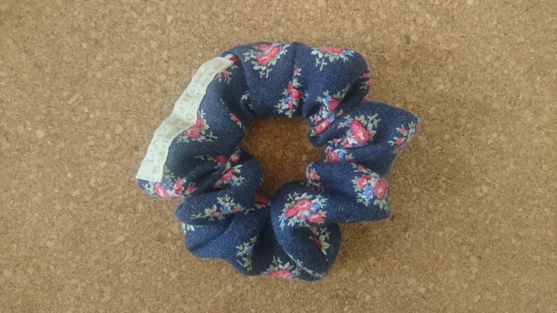 Chouchou en coton jean à fleurs