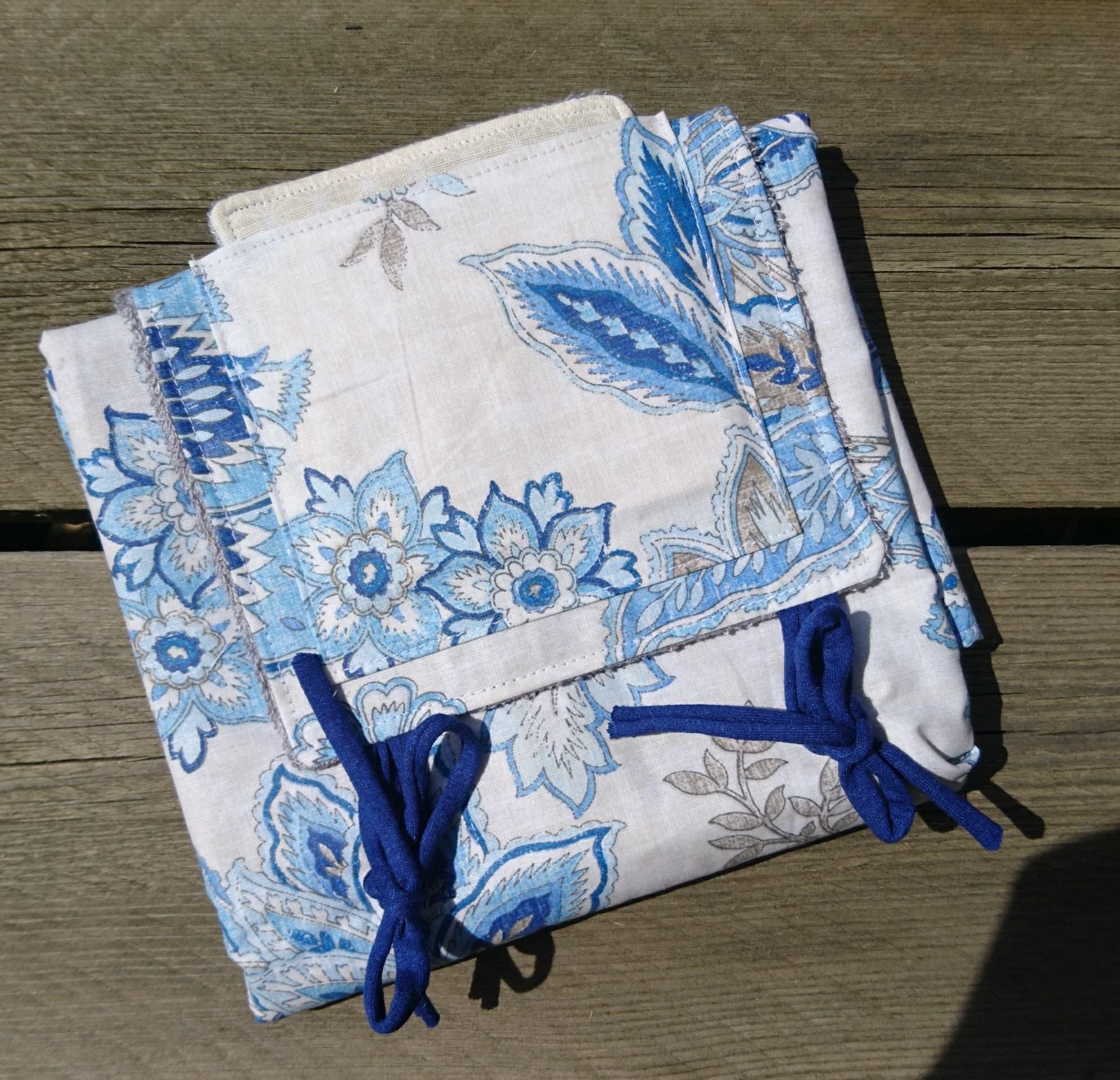 Tapis à langer nomade éponge bambou et coton enduit - Fleuri bleu