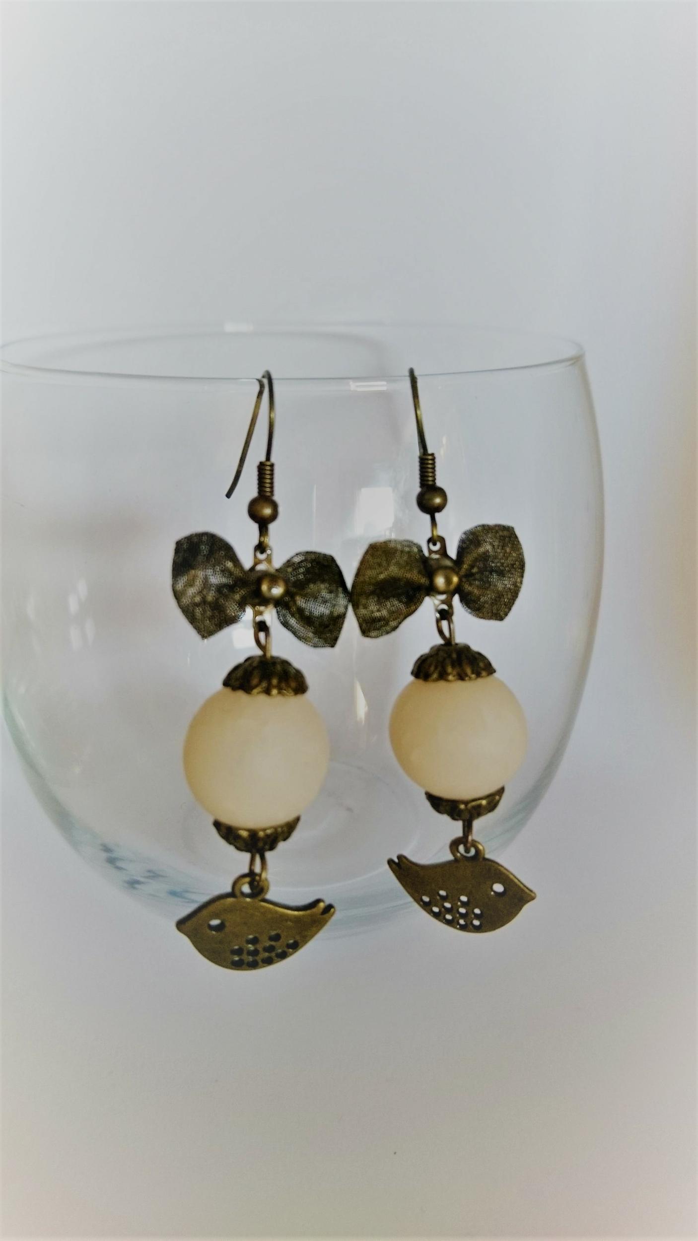 Boucles d\'oreilles polymère - noeud bronze, oiseau et boule blanche