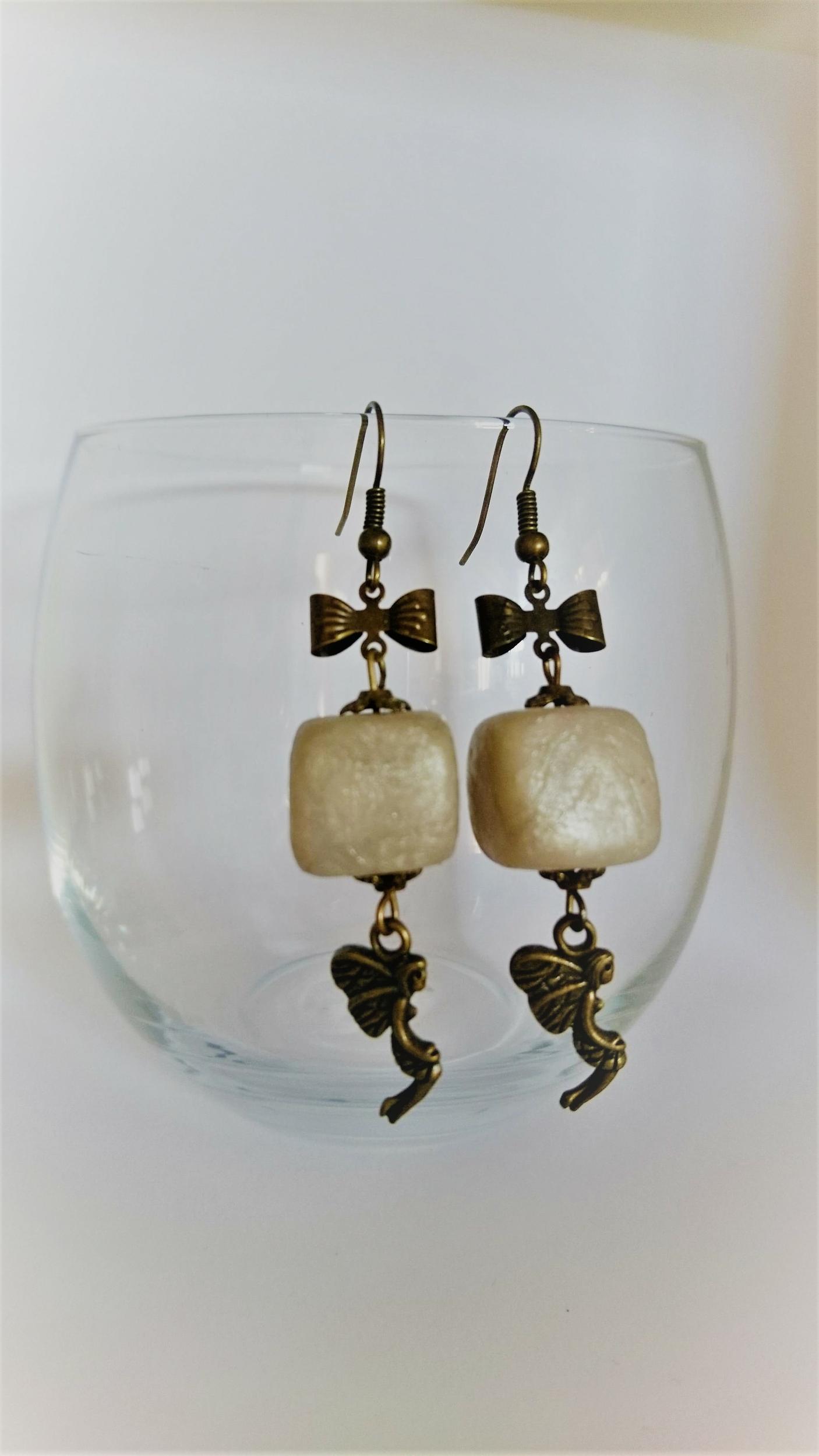 Boucles d\'oreilles polymère - noeud bronze, fée et cube argenté