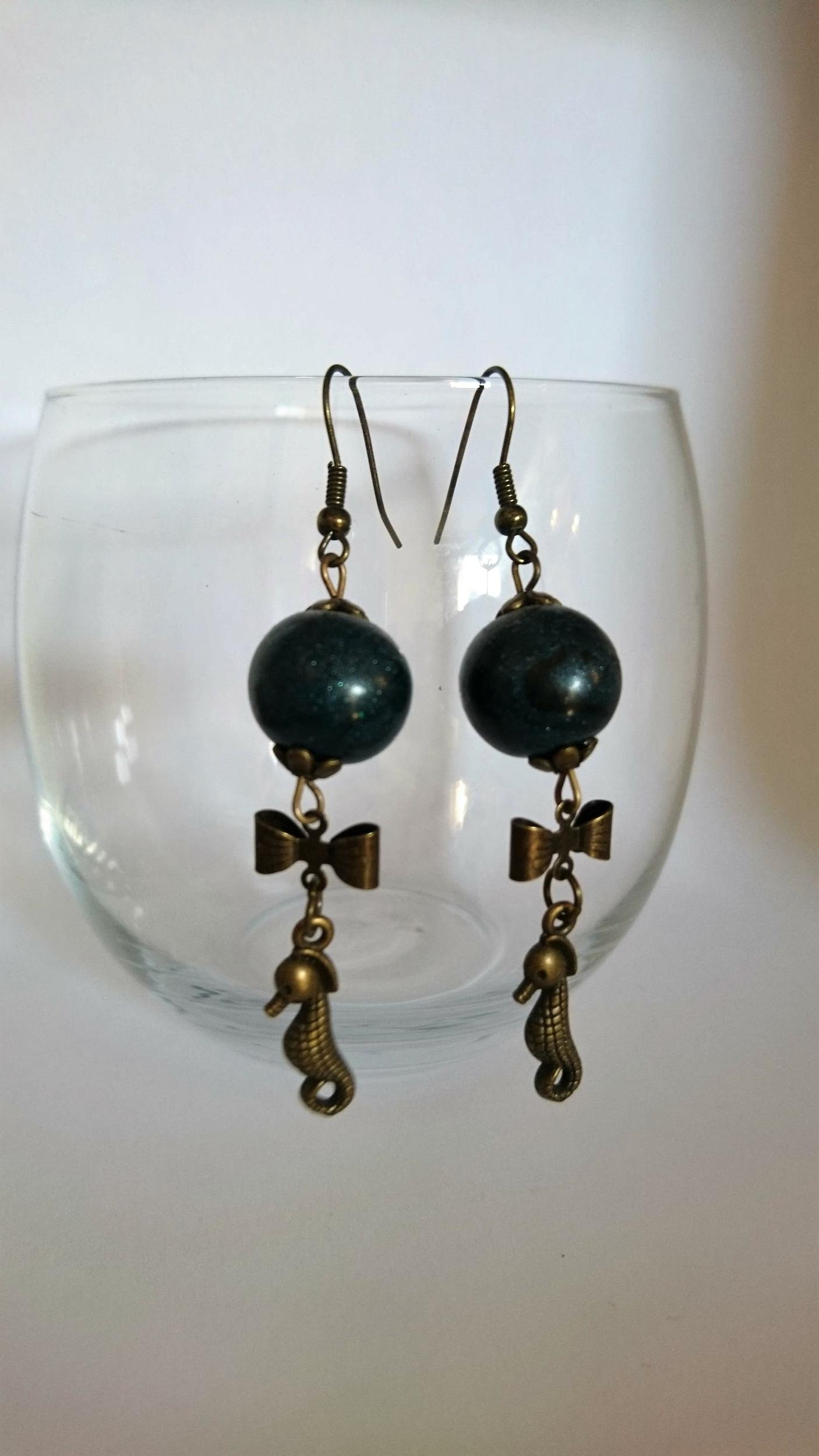 Boucles d\'oreilles polymère - noeud bronze, hippocampe et boule bleu nuit