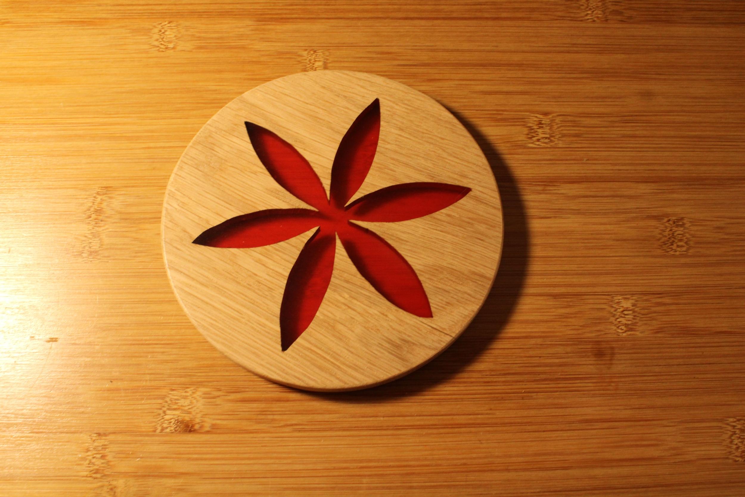 Dessous de plat en chêne et résine - Ø18cm - Rosace rouge
