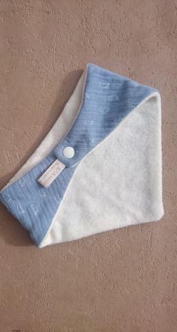 Bavoir bandana en double gaze coton et micro-éponge bambou certifiés oeko-tex, bleu, pieds bébé