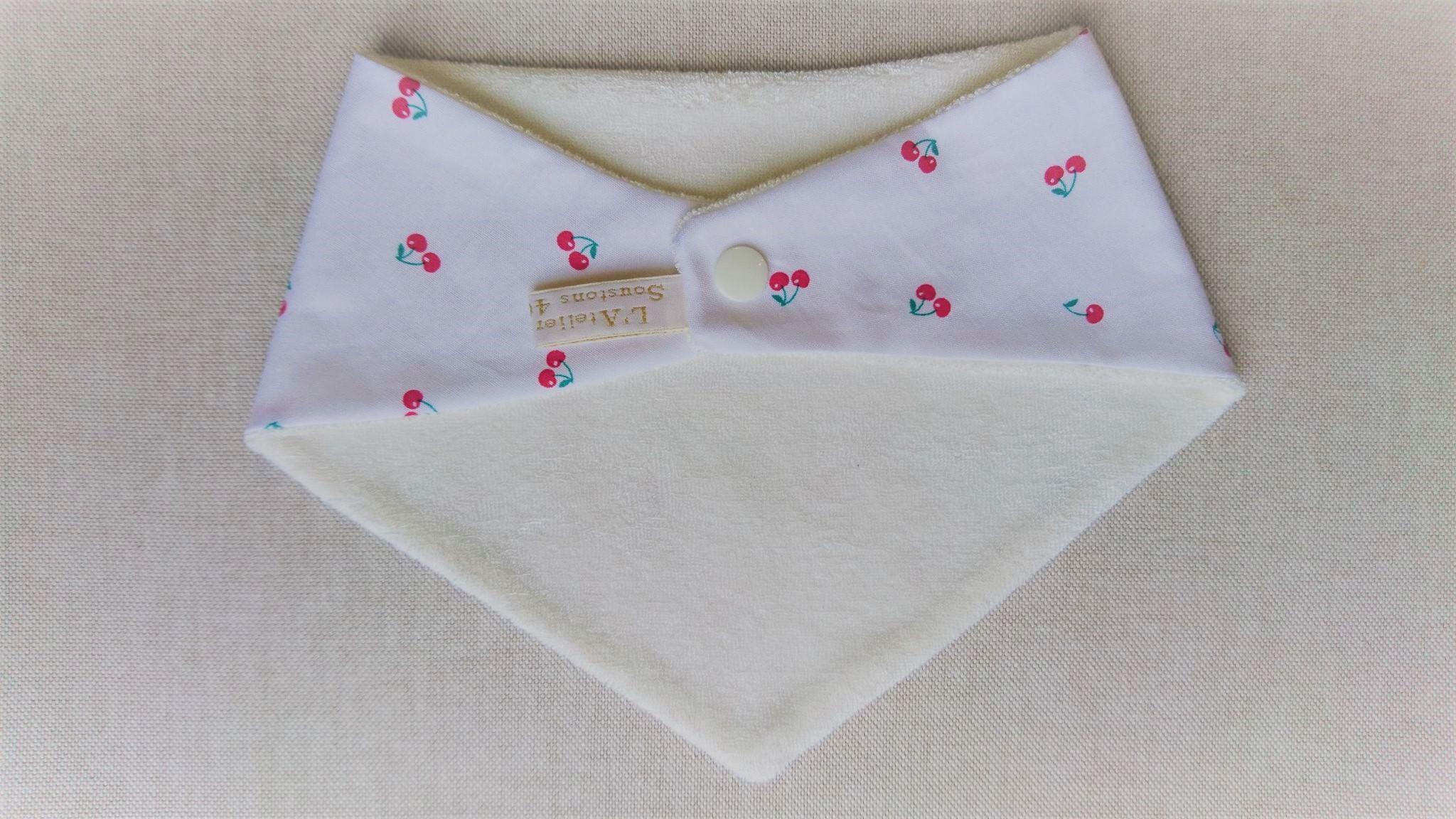 Bavoir bandana en coton et micro-éponge bambou certifiés oeko-tex, cerises