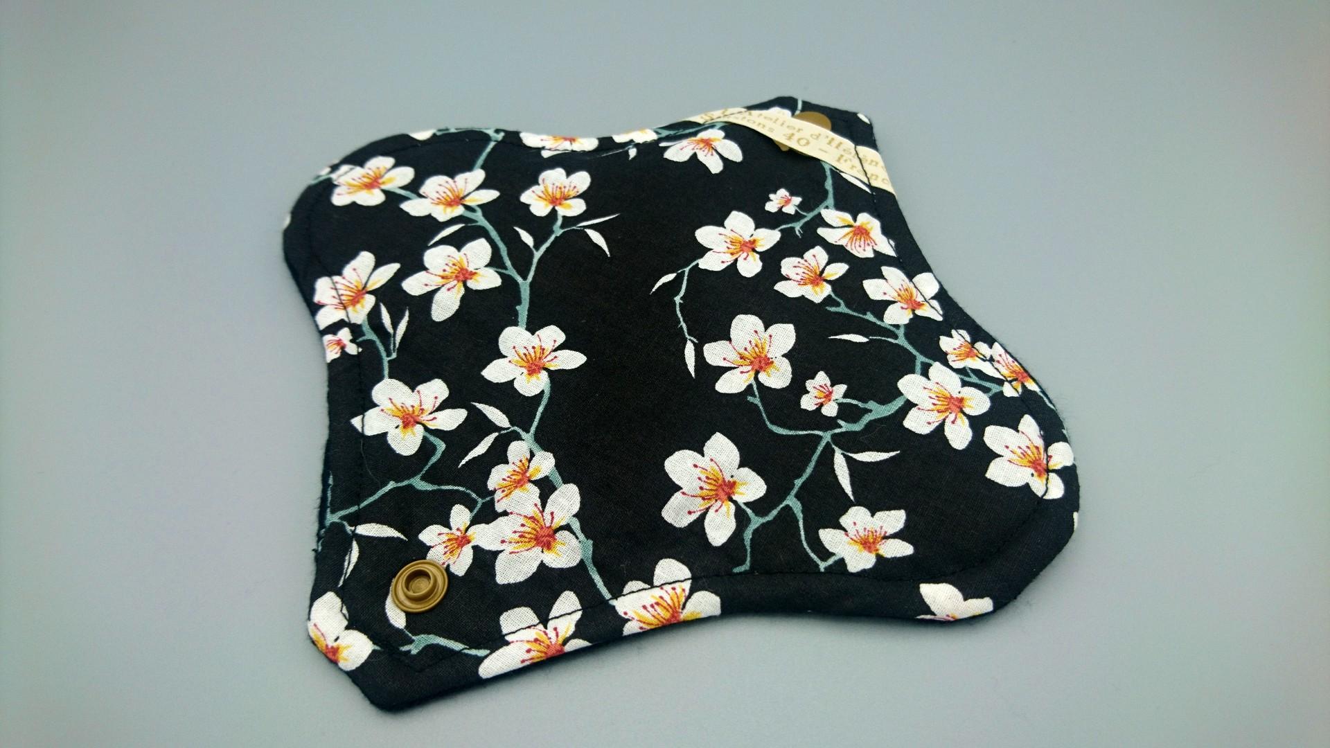 serviette hygienique jour fleur noir (2)