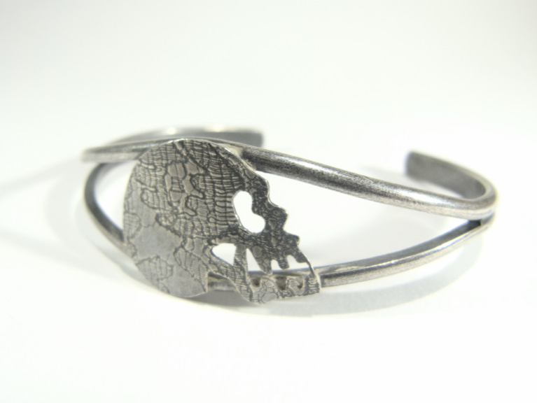 bracelet jonc et crâne impression dentelle