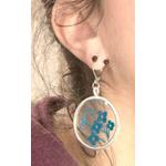fleur bleue-boucles doreilles rondes transparentes et dentelle bleue