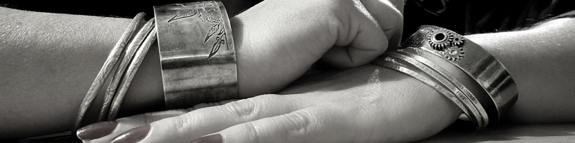 manchette gravée et bracelet engrenage - belladone bijoux