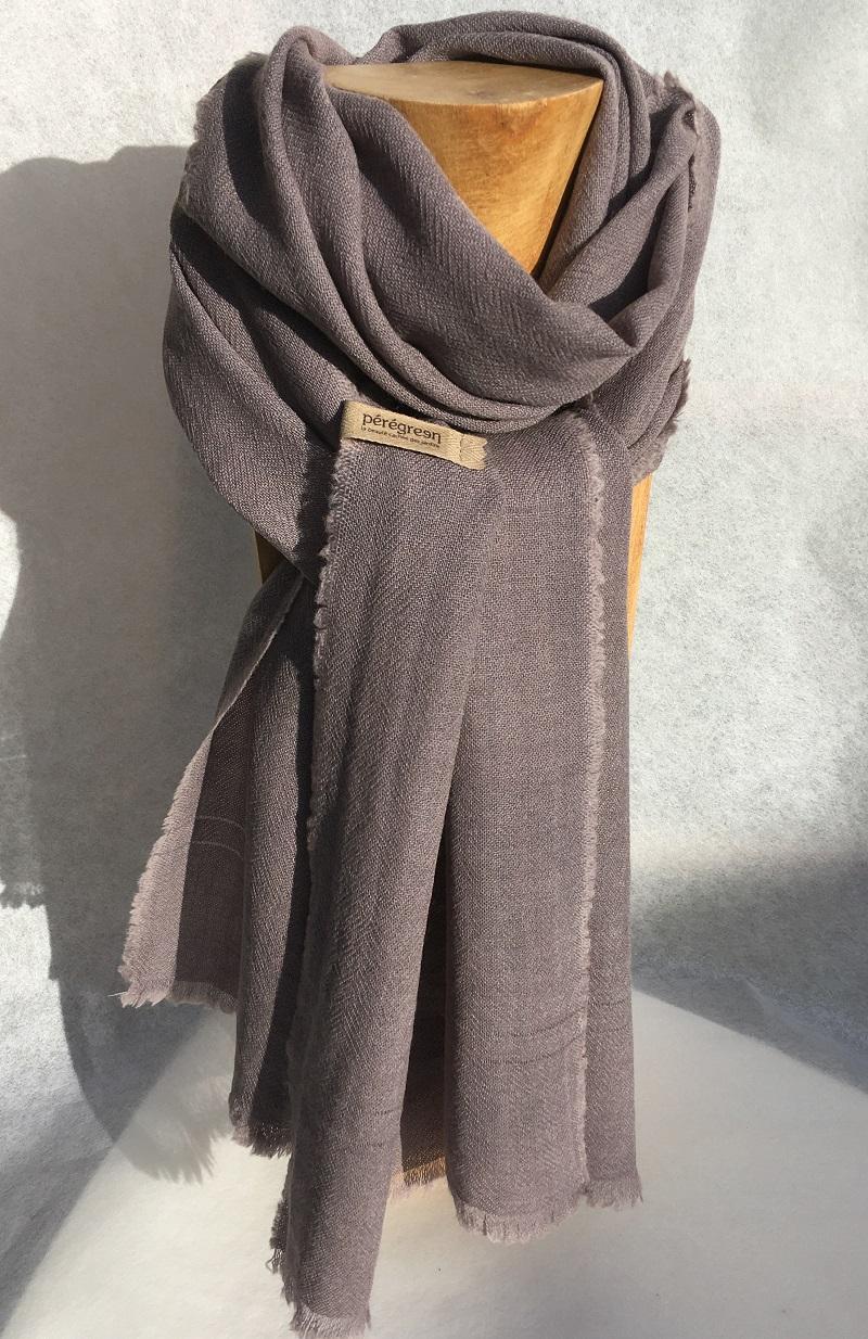 Echarpe pure laine gris bleu, couleur teinture naturelle Pérégreen