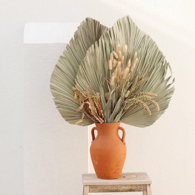 Éventail de palmiers, fleurs séchées.