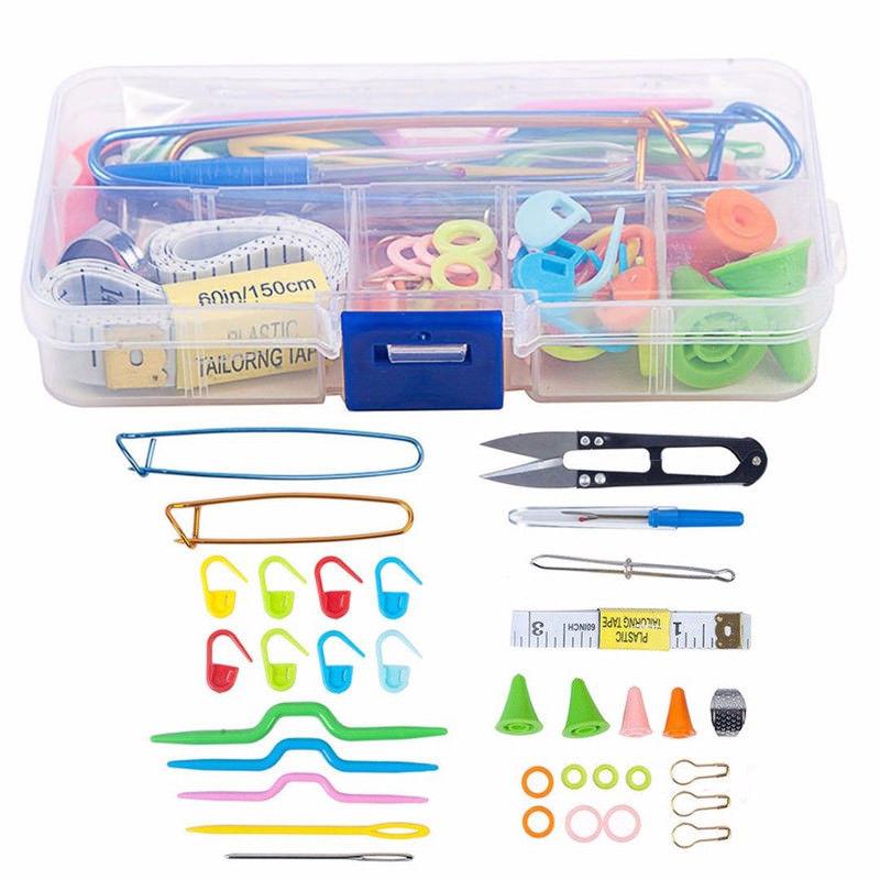 Kit d\'outils de tricot, aiguilles, épingles, crochets.