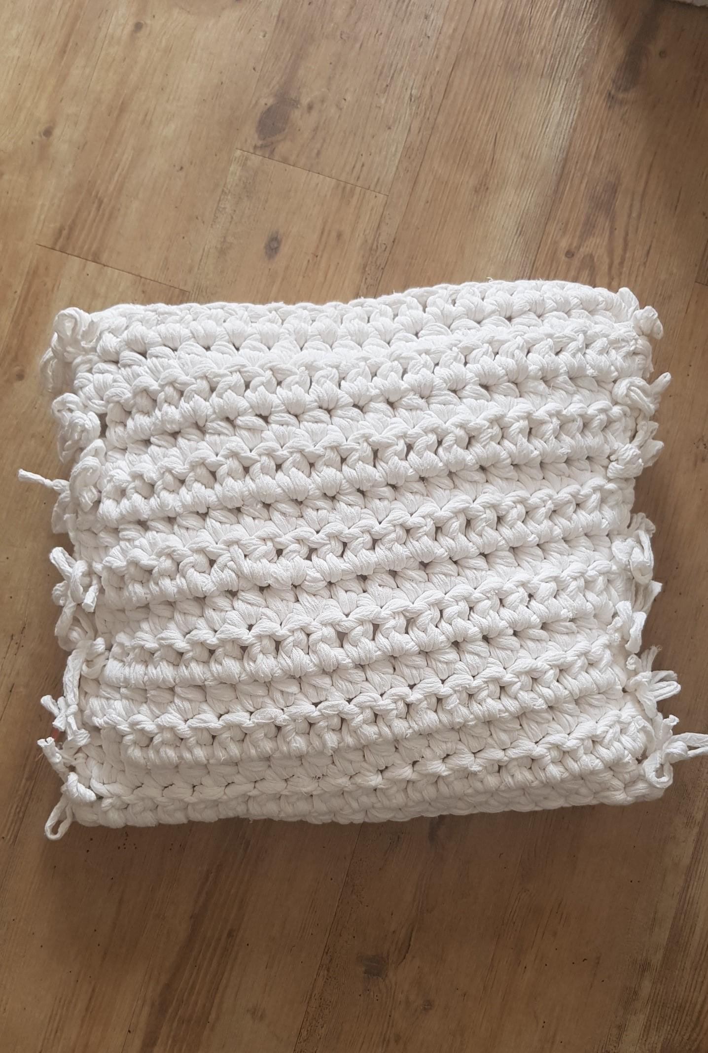 Coussin en crochet 95€