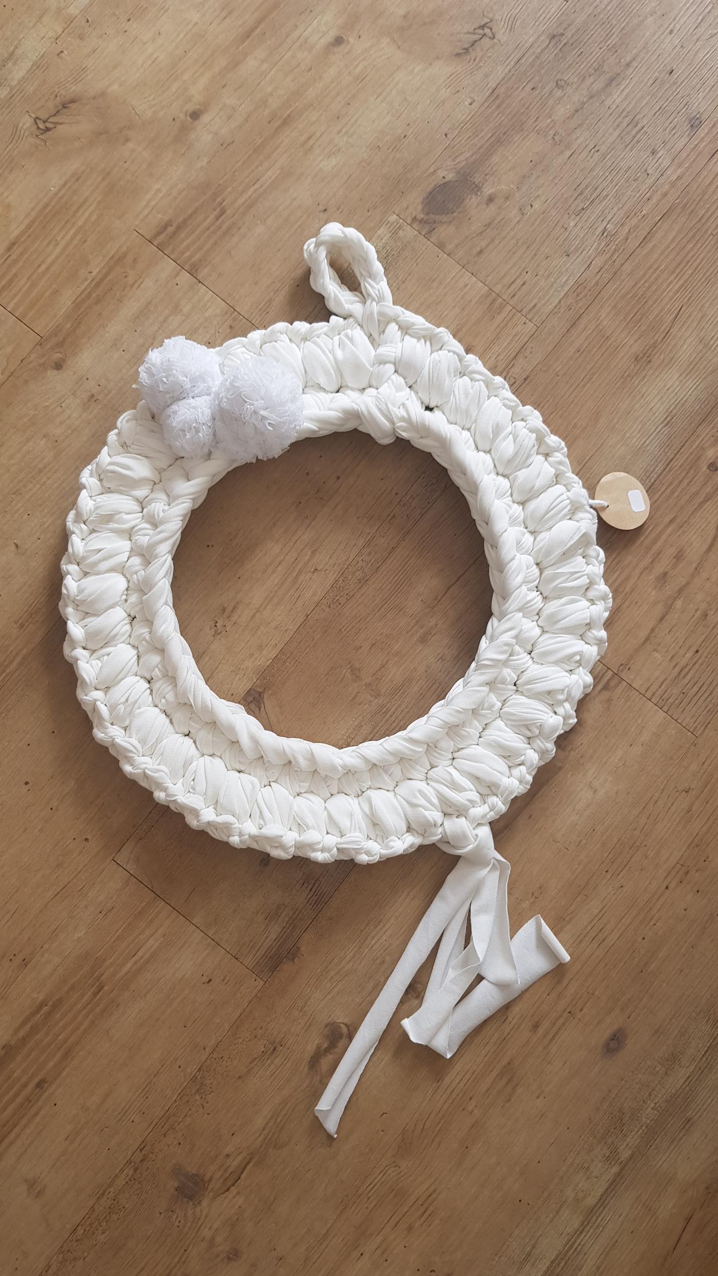 Couronne en crochet anneau métallique et pompoms 82€