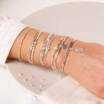 BR8642-2TCRIV.BR8630CRIV.BR7261IV.BR8270BSCR.BR8642-2TCRIV - poignet portant une composition de bracelets beiges et nacrés
