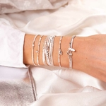 BR8649-2TOPBL.BR8626OPBL.BR8636-1TOPBL.BR8623OPBL.BR8244BLOP - poignet portant une composition de bracelets blancs et en argent 925