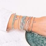 BR8651-3TVTLA.BR8626VTLA.BR7261LA.BR7951.BR8271VEA - poignet portant une composition de bracelets turquoise