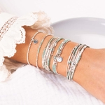 BRboules-50.BR8270VEC.BR7442VCTU.BR8506VEC.BR8651-3TVTIV - poignet portant une composition de bracelets verts et écrus