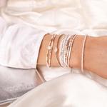 MA3707OP.BR7616GOPBL.BR7868BLOP.BR0425OP.BR761663OPBL - poignet portant une composition de bracelets blancs
