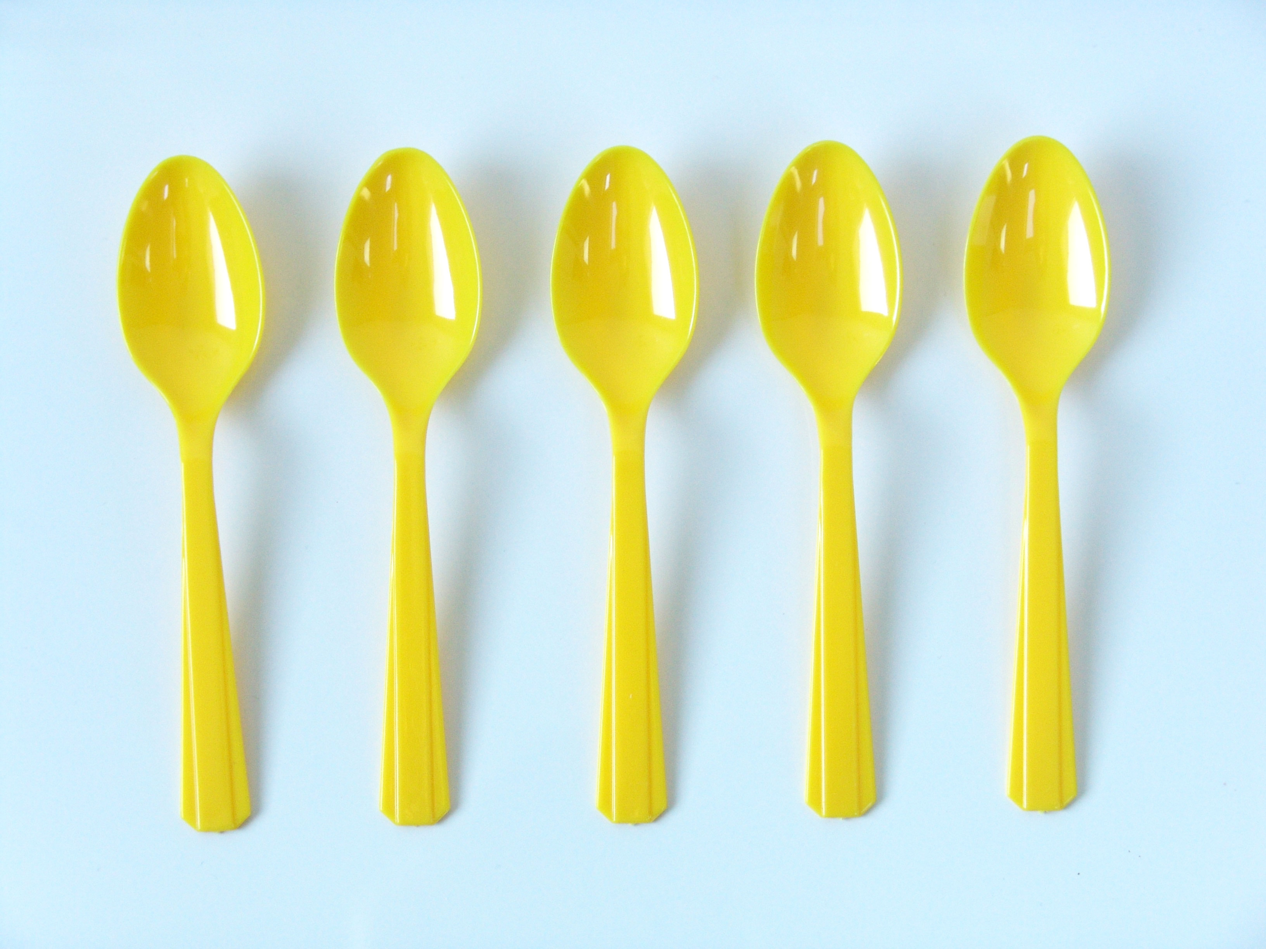 10 petites cuillères en plastique jaune