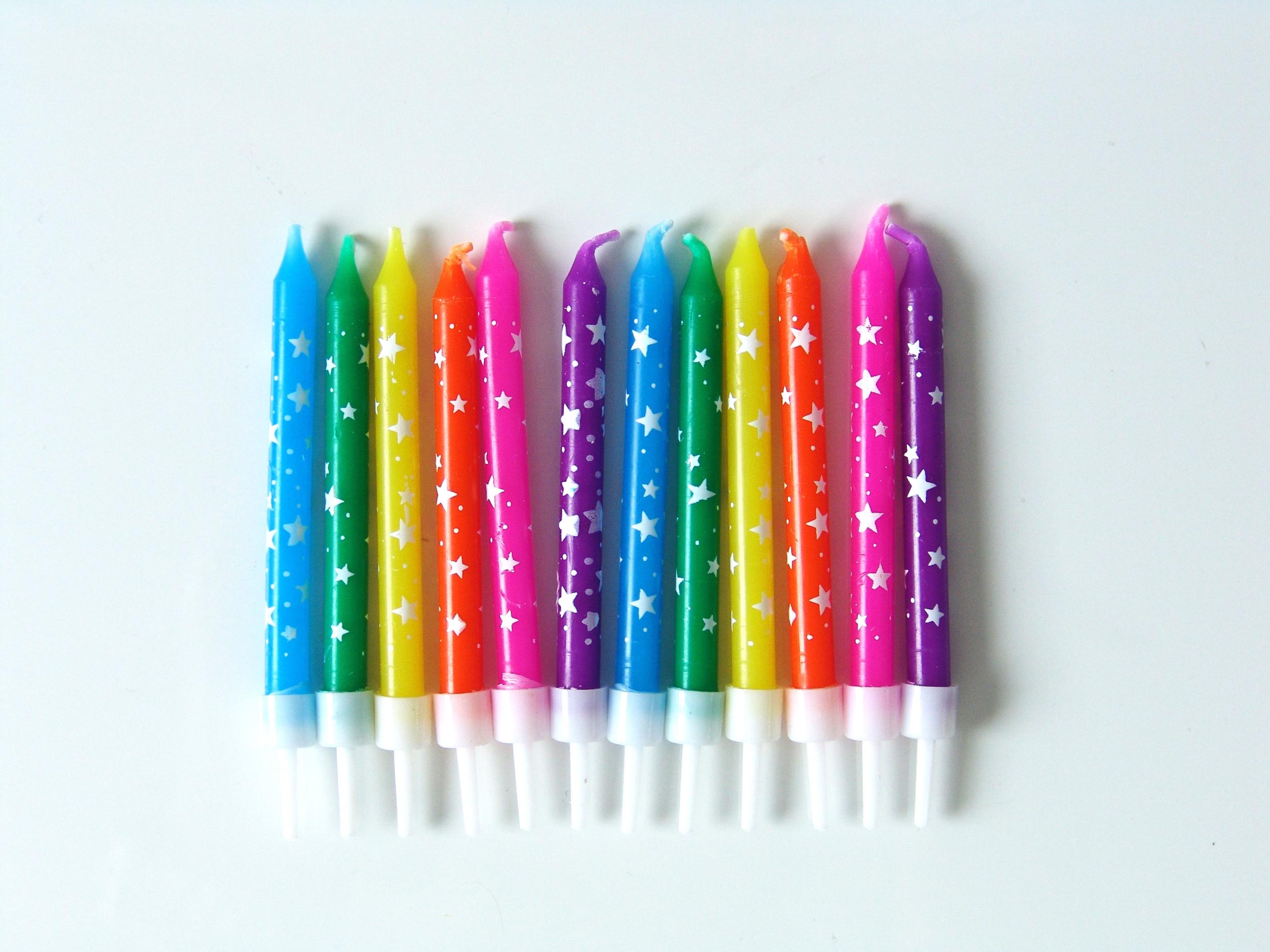 Bougies anniversaire multicolores à étoiles