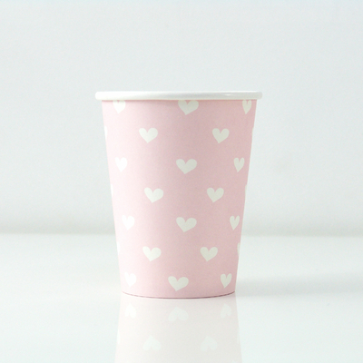 gobelet-carton-rose-avec-des-coeurs