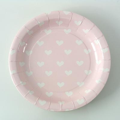 assiette-carton-rose-avec-des-coeurs