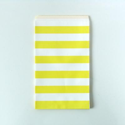 pochette-cadeau-anniversaire-en-papier-raye-jaune