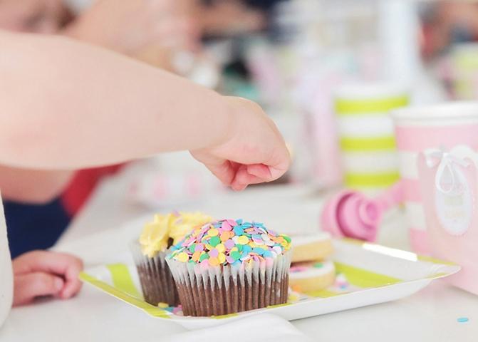 Sweet table blog de deco fete anniversaire baby shower bapteme mariage - Decoration cupcake anniversaire ...