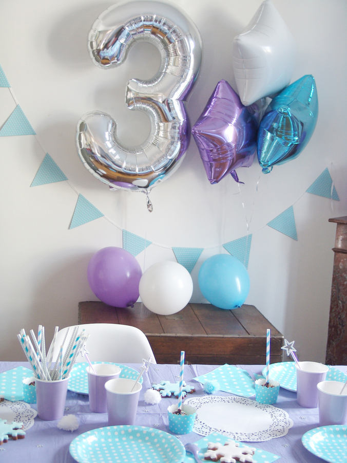 anniversaire reine des neiges pour louise 3 ans la deco le gateau. Black Bedroom Furniture Sets. Home Design Ideas