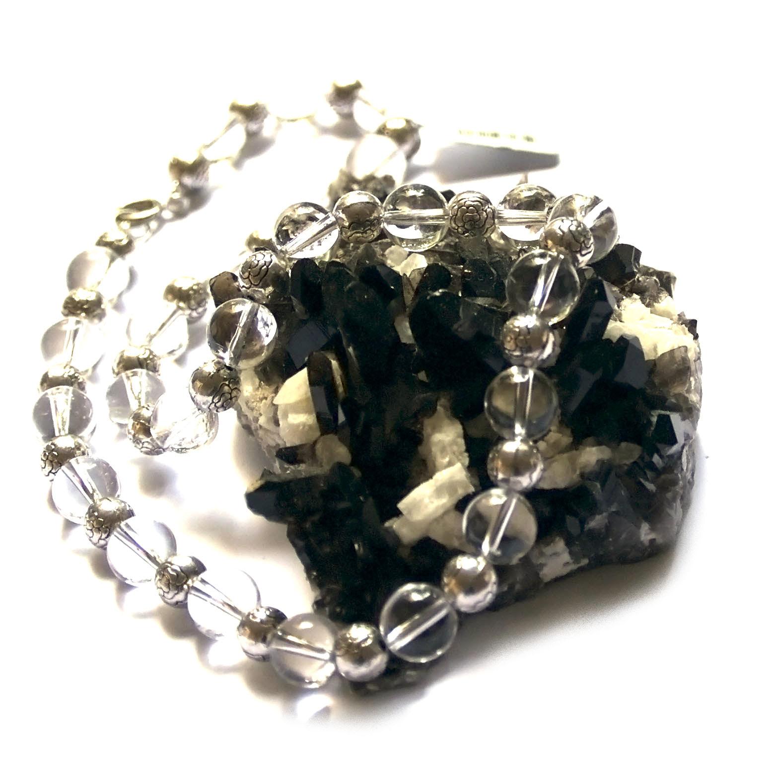 Collier cristal de roche ,  perle ronde 10 mm - perle ronde argenté motif fleur