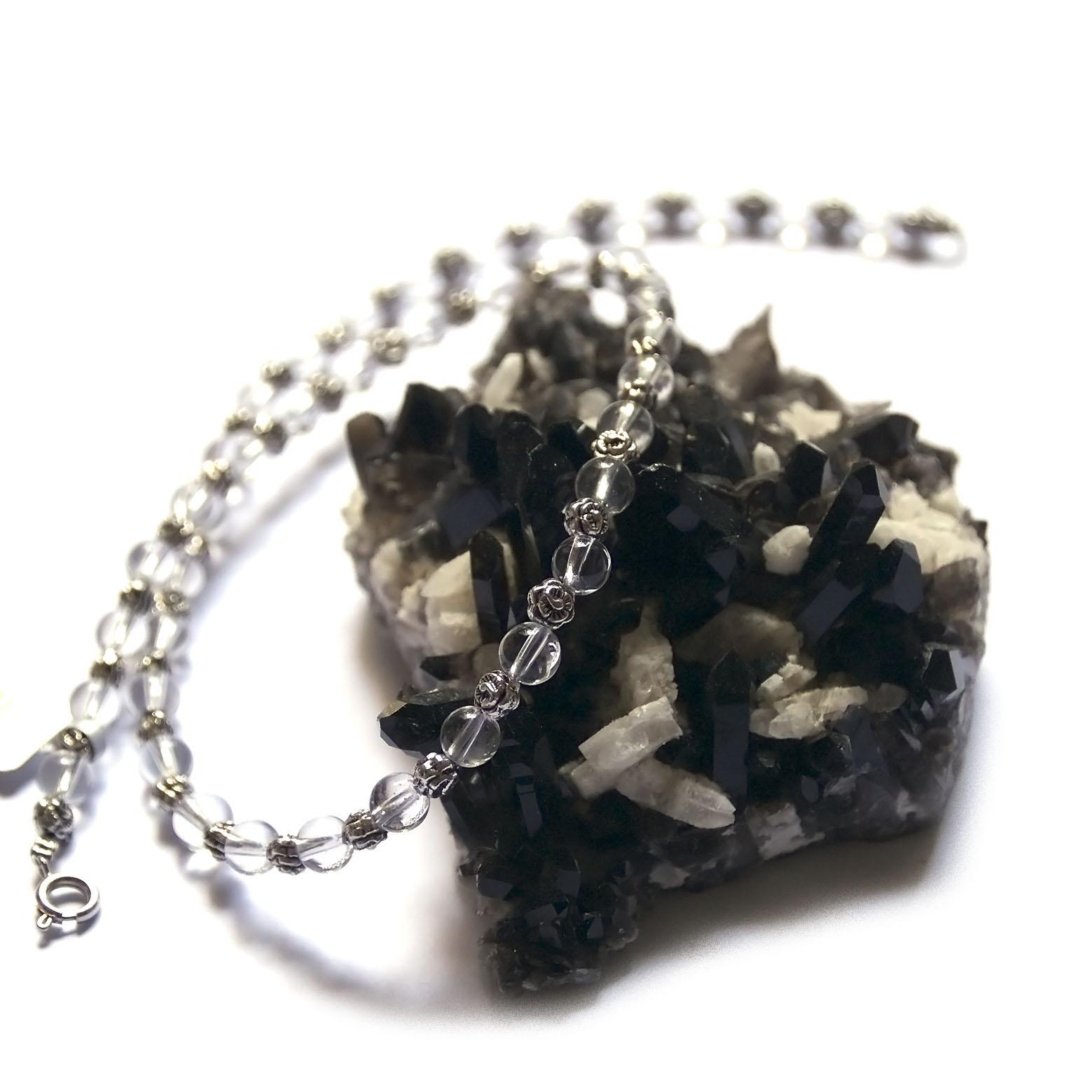 collier cristal de roche ,  ronde 6 mm - perle argentée fleur